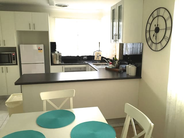 Comfortable home in quiet street - Oxley Park - 一軒家