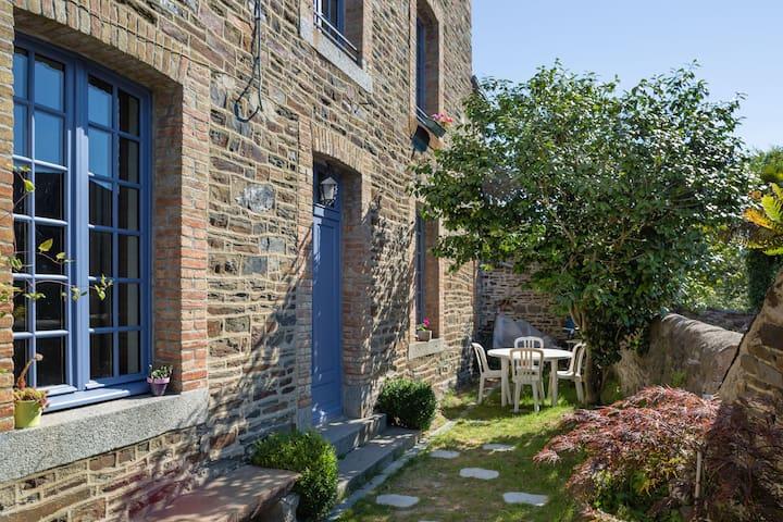 Central, 2-bed house with patio - Dol-de-Bretagne - Hus