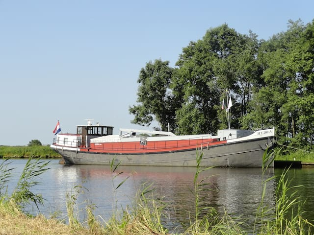 Voormalig binnenvaartschip in Sneek - Sneek