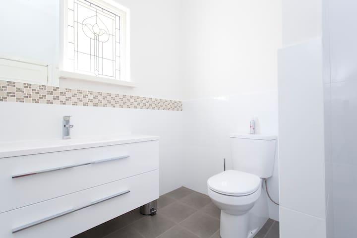 Huge private space & own bathroom! - Victoria Park - Huis