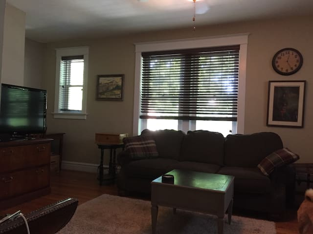 Peaceful bedroom in central location. - Richmond Heights - Departamento