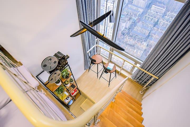 【电影大咖】Mr.Huang 全景落地窗 轻奢跃层公寓 俯瞰繁华新街口 - Nanjing