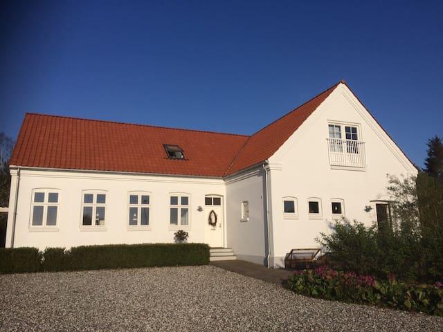 Skøn stor villa på landet tæt på Århus - Hovedgård - Hus