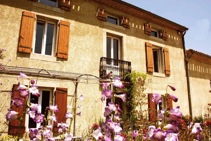 Sunny 18C Farmhouse with pool + garden sleeps 8 - Bellegarde-du-Razès - Ev
