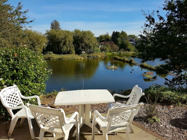 Lake side family home, great views, near M60 - Manchester - Rumah