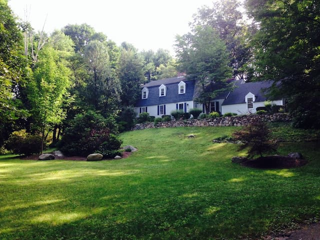 Comfortable room and a chance to see wild turkeys! - Sudbury - Hus