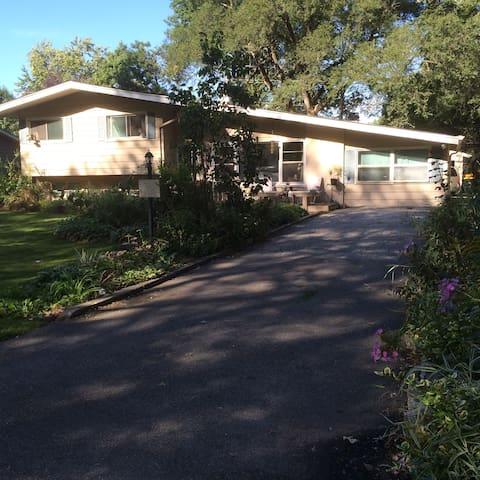 Comfy and cozy in quiet, residential neighborhood - Glen Ellyn - Casa