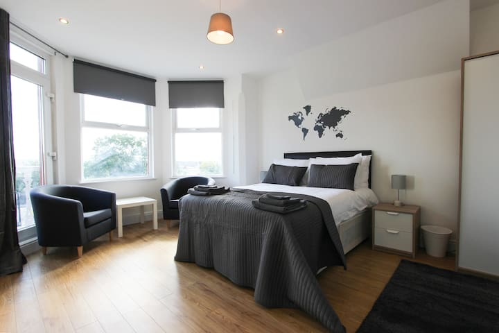 Large Balcony Double Bedroom in Dollis Hill! BR5 - Londra