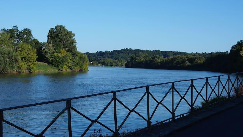 Facing Saint-Emilion, on the river - Cabara