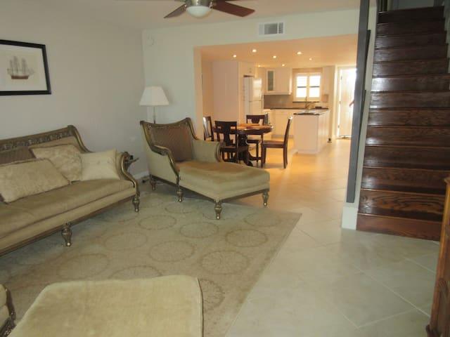 Spacious 2 Story Ocean Front Beach Side Condo - Daytona Beach Shores - Appartement en résidence