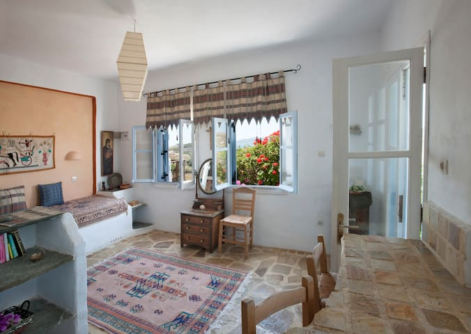 Secluded, safe yard + sea view, Stone apartment - Paros - Apartment