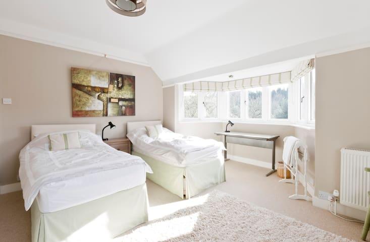 Large twin bedroom - Surrey - Hus