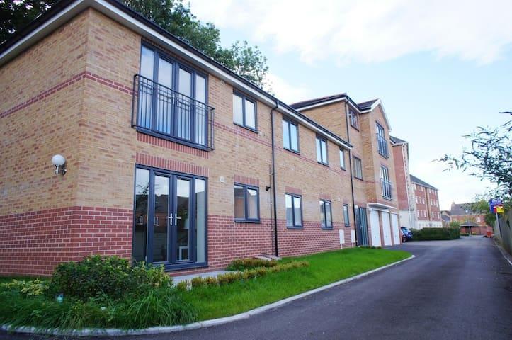 Entire Home - Luxurious 2BD Apartment, Cardiff - Radyr - Daire