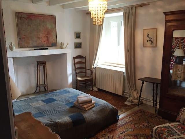 La chambre d'amis d'artistes - Montlevon - Bed & Breakfast