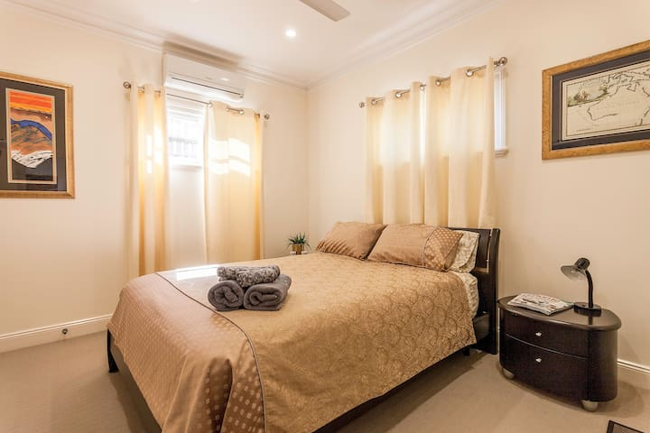 Beautiful, modern, private ensuite: The Gold Room - Wilston - Bed & Breakfast