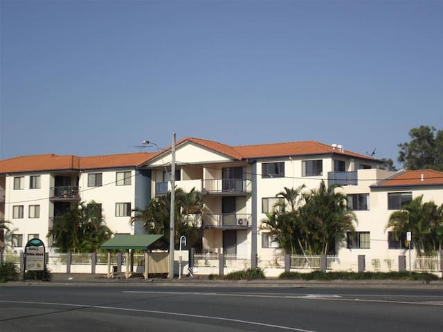 Top floor apartment and patio - Bongaree - Departamento