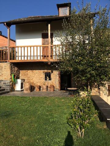 Casita rústica de diseño con jardín - Pieros - Huis