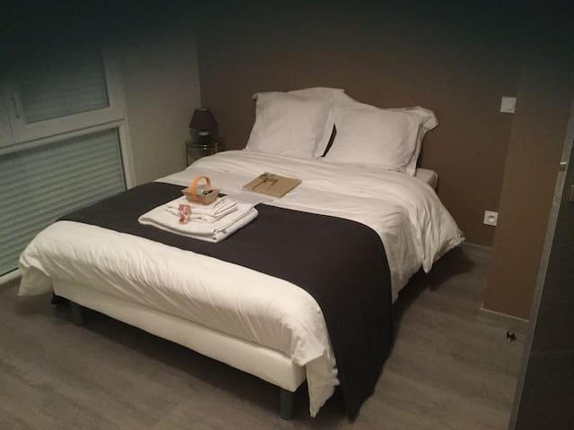 Grande chambre confortable + salle de bain - Buros
