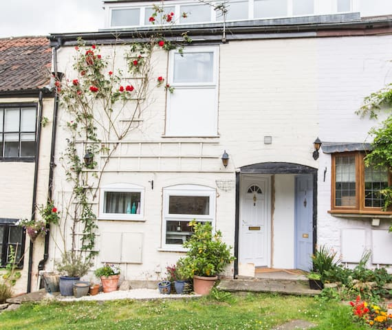 A unique and quirky cottage - Dursley
