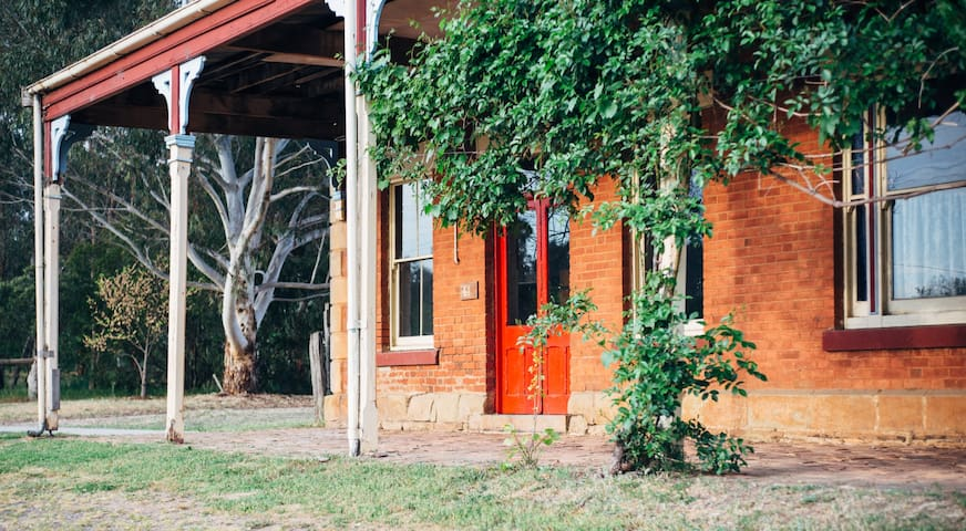 The Diggers Store - self contained 1850s stable - Castlemaine - Bed & Breakfast