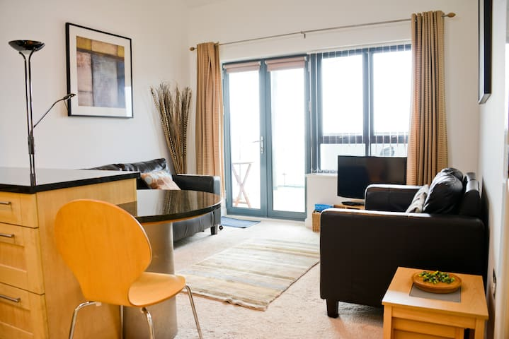 West Bay Modern and Bright 2 bed Apartment - West Bay - Leilighet