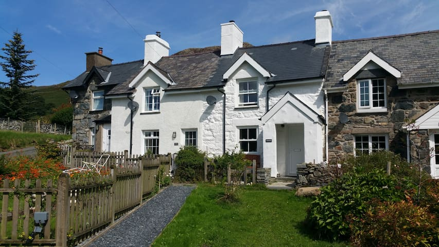 Cottage with hot tub boasting views over Snowdon! - Capel Curig - Casa