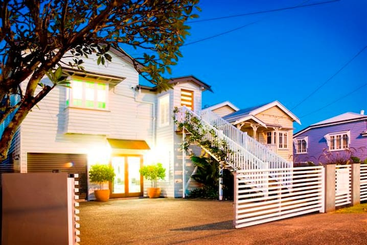 Modern apartment within a traditional house - Coorparoo - Daire