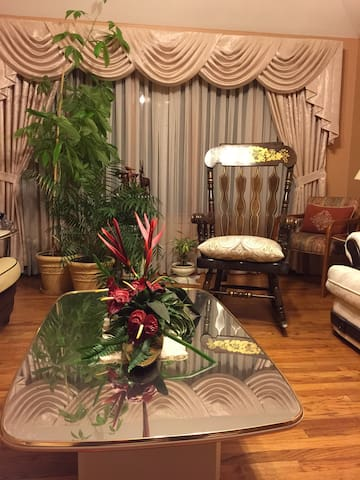 Amazing 5 BR home with parking incl - Burbank - Hus