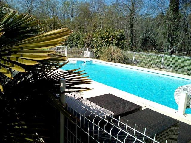 Chambre et lit queen size + piscine dans le Médoc - Listrac-Médoc - Huis