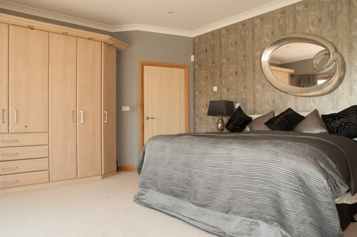 Stunning views, Super King Size En-Suite Sky Tv - Sonning Common