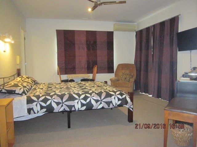 Bed-sitting room, ensuite & adjacent twin bedroom - Pukekohe
