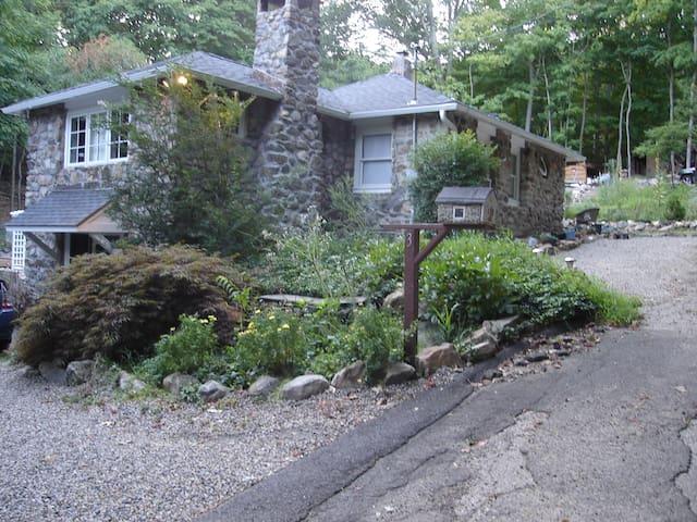 1 BR Cozy Studio in a Stone House  - Danbury - Hus
