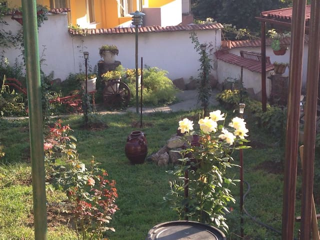 Romantique House&Garden,City Center - Gabrovo - Hus