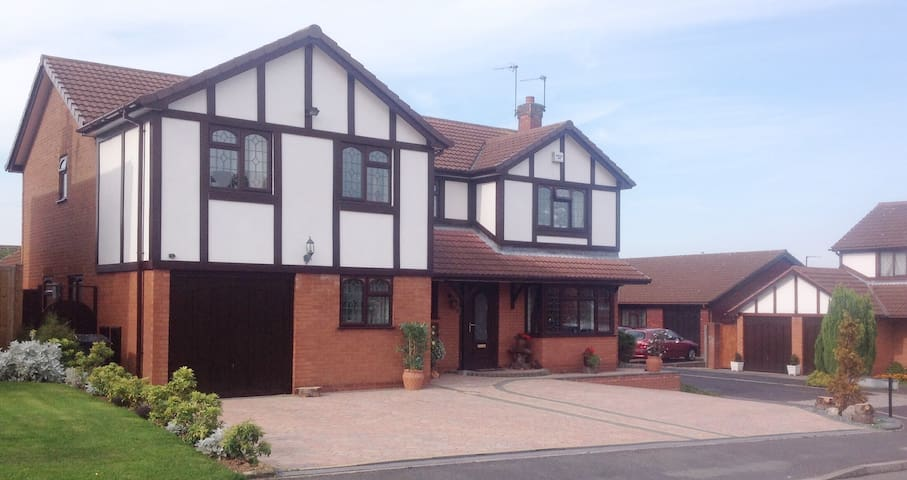The Cedars GuestHouse - Rooms from 30/night/Person - Nuneaton - Bed & Breakfast