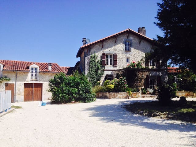 Large house with pool and garden - Verteillac - Hus