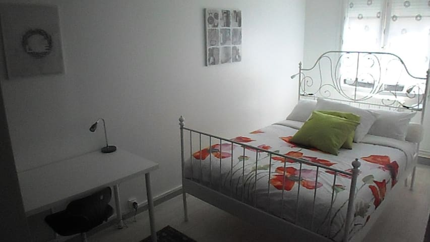 Modern two bedroom apartment very well situated! - Rouen - Daire