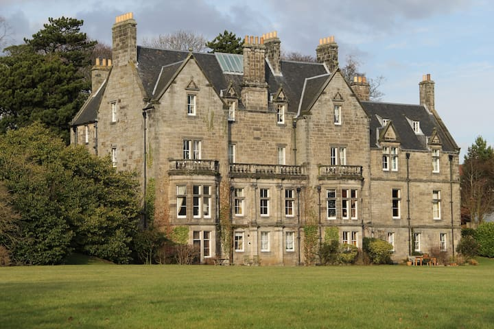 Luxurious Attic Apartment, Pitreavie Castle - Dunfermline