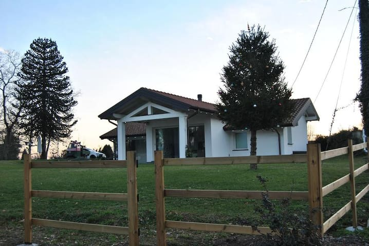 AFFASCINANTE CASA IMMERSA NEL VERDE - Ternate - Hus