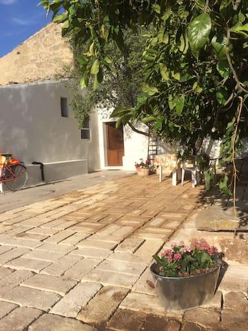 Casa on an Olive and Orange Orchard - Chiaramonte Gulfi - Huis