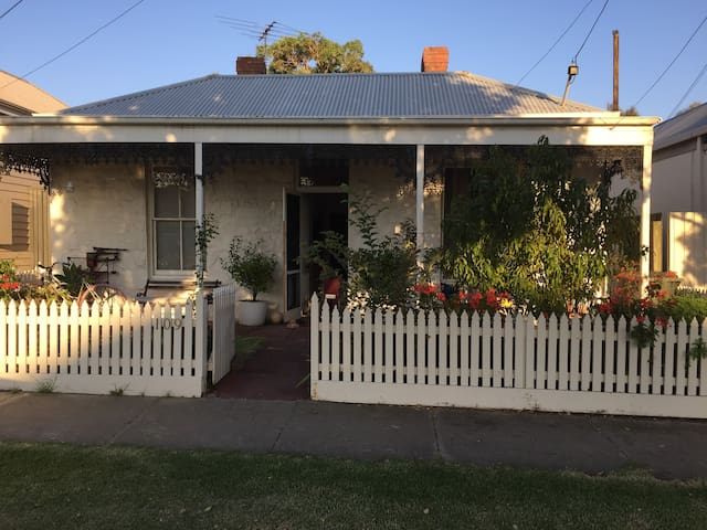 Cosy cottage by the sea - Williamstown - 獨棟