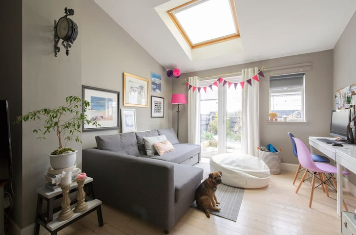 Lovely bright double bedroom with double bed - Neilston - Huis