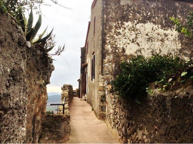 On the ancient walls of Capalbio - Sulle mura alte - Capalbio - Casa