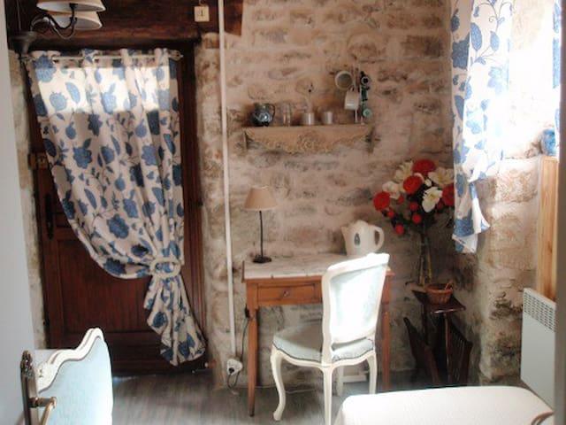 Chambre indépendante avec petit déj ou cuisine - Saint-Julien-Maumont - Penzion (B&B)