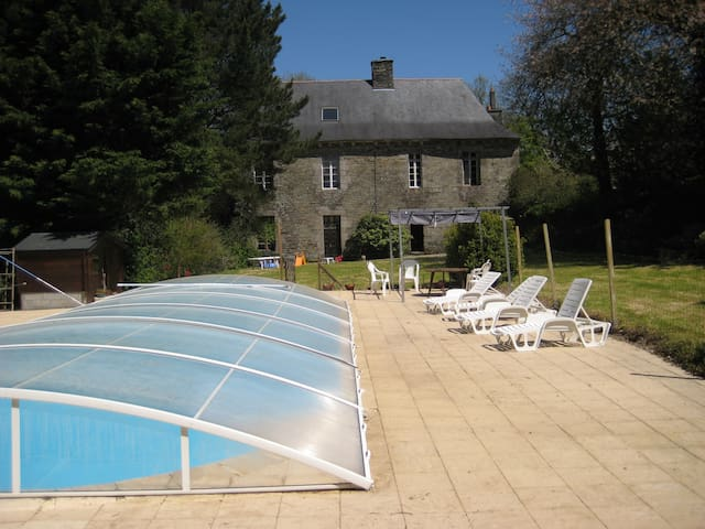 grand manoir avec piscine et jardin - Spézet - Şato
