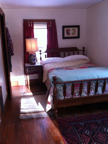 Short-Term, Private Room Rental - Northampton - Hus