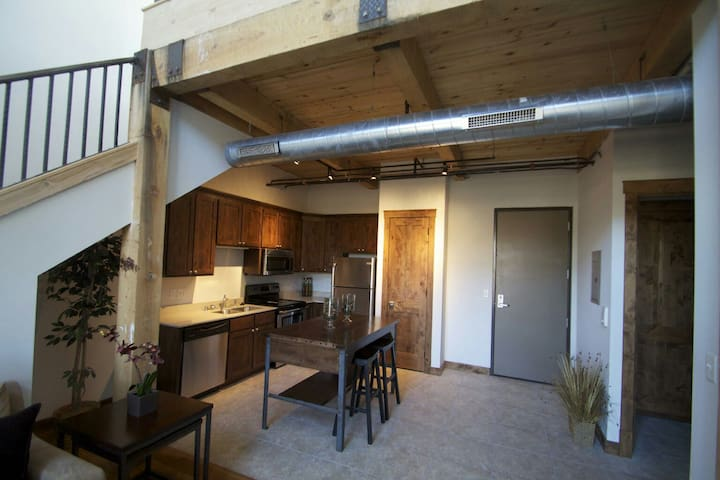 Private Bed/BA in new downtown loft - Waukesha - Leilighet