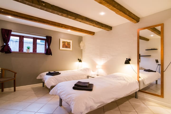 Spacious room with own bathroom and entrance. - Kastrup - Dom