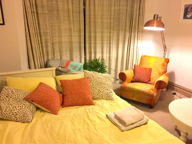 Large, sunny double room in quiet, leafy NW London - Lontoo