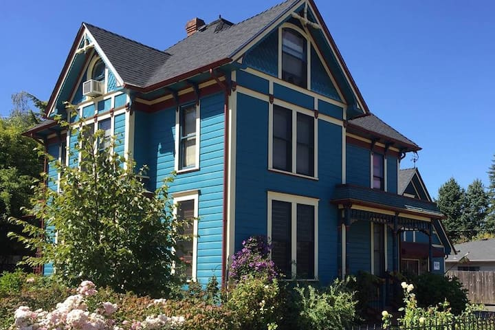 Historic House in wine country and close to WOU - Monmouth - Pousada