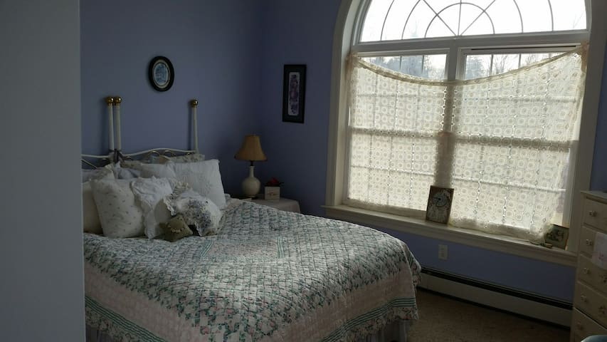 'Shabbylicious' : 1 of 3 rooms in this large home - Wallkill